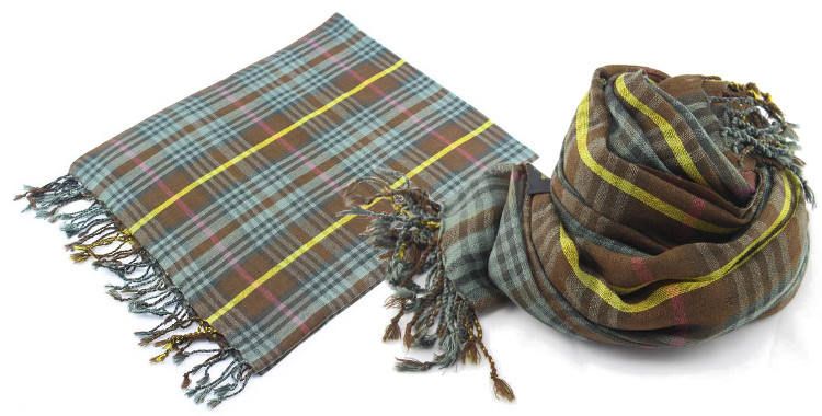foulards en etamine de laine de Glen Prince, collection 2014, carreaux, tartans ecossais, coloris kaki, dimensions 180cm x 70 cm.